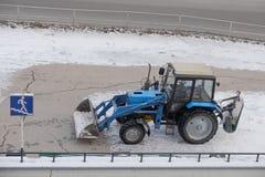 Tractor Witrussisch-82 1 voor sneeuwverwijdering Stock Foto's