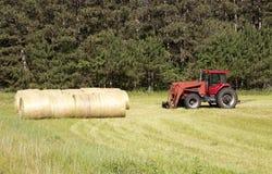 Tractor y balas Foto de archivo libre de regalías