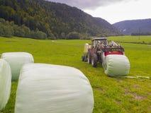 Tractor y Hay Bales de granja imágenes de archivo libres de regalías