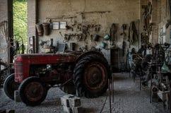 Tractor y herramientas viejos Imagen de archivo libre de regalías