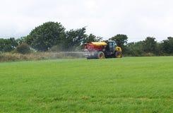 Tractor y mucho fertilizante del esparcidor Imágenes de archivo libres de regalías
