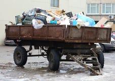 Tractoraanhangwagen die met huisvuil wordt geladen royalty-vrije stock afbeelding