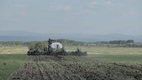 Tractoren die land voor het zaaien voorbereiden stock videobeelden