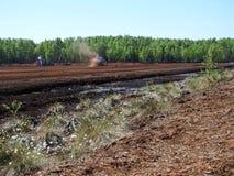Tractoren die in moeras werken Stock Foto