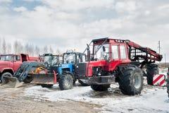 Tractoren en vrachtwagentribune op open gebied Stock Fotografie