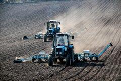 Tractoren met sowers op het gebied Royalty-vrije Stock Fotografie