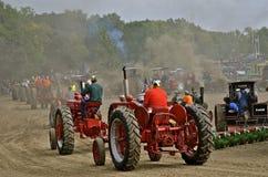 Tractoren in paradelijn Stock Afbeelding