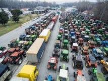 Tractores de las fotografías aéreas que se han alineado a los granjeros en el th Imágenes de archivo libres de regalías