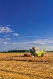 Tractores y cosecha Foto de archivo libre de regalías