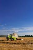 Tractores y cosecha imagenes de archivo