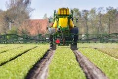 Tractormatrijs landbouwgif spuit, Tractor bespuitende pesticiden royalty-vrije stock afbeelding