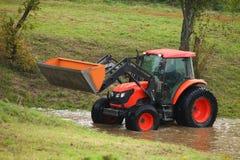 Tractorreparatie van landelijke wegen Stock Foto's