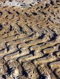 Tractorslepen in de grond Royalty-vrije Stock Afbeeldingen