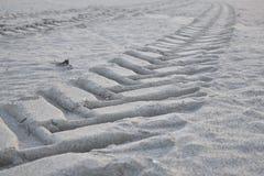 Tractorsporen verlaten over het zand na het overgaan door de kust Stock Afbeeldingen