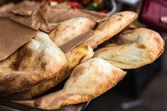 Trad Lavash, Lavash för kök för ny för bakelse för bageriprodukter för försäljningar för pitabröd för marknad för vete närbild fö royaltyfri bild