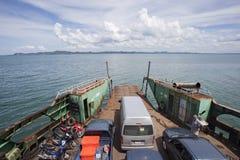 TRAD THAILAND - OCTOBOR 30, 2014: bärande landvehi för färja Royaltyfri Fotografi