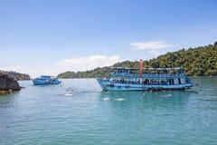 TRAD THAILAND - OKTOBER 29: turist- fartyg som svävar över snorkeli Royaltyfri Foto