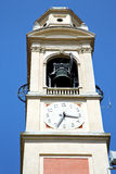 Tradate sätter en klocka på gammalt abstrakt begrepp i Italien t och kyrkligt torn Royaltyfri Foto