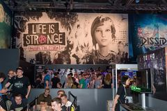 Trade fair visitors playing the game life is strange and waiting Stock Photos