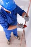 Tradesman używa narzędzie Zdjęcie Royalty Free