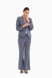 Tradeswoman, der durch Textmeldung entsetzt wird Lizenzfreies Stockbild
