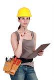 Tradeswoman, der eine Auswertung abschließt lizenzfreie stockbilder