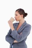 Tradeswoman que saca un sip de su taza de papel foto de archivo libre de regalías