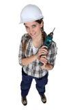 Tradeswoman som rymmer ett strömhjälpmedel Arkivfoto