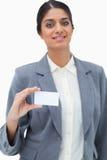 Tradeswoman som visar det blanka affärskortet Royaltyfri Fotografi