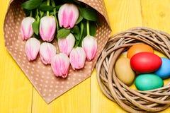 A tradição comemora easter Estação feliz de easter Easter está vindo Recolhendo ovos da páscoa Vibrações da mola Ovos coloridos imagens de stock