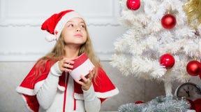 Tradição do feriado de inverno Criança com presente de Natal As crianças da razão amam o Natal A menina comemora o presente abert fotos de stock