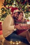 Tradição do Natal - homem alegre e Cristo de troca fêmea foto de stock royalty free