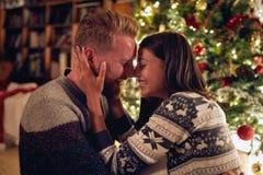 Tradição do Natal - par alegre que aprecia junto em Chris imagens de stock