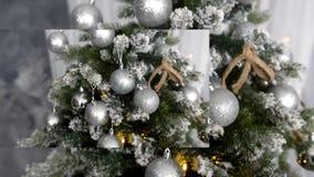 Tradición cultural - árbol de navidad hecho de materiales artificiales con los juguetes almacen de metraje de vídeo