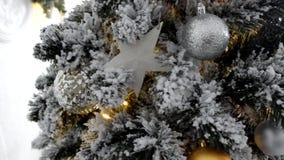Tradición cultural - árbol de navidad hecho de materiales artificiales con los juguetes almacen de video