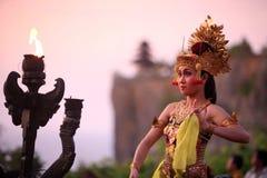 TRADICIÓN DE LA DANZA DE ASIA INDONESIA BALI ULU WATU Imágenes de archivo libres de regalías