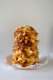 Tradicionais feitos a mão baumkuchen o bolo de camada cozido sobre o fogo Fotografia de Stock Royalty Free