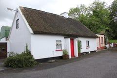 Tradicionais irlandeses cobrem com sapê a casa de campo Fotos de Stock Royalty Free
