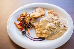 Tradicional κρέατος κοτόπουλου που εξυπηρετείται με τη σάλτσα Στοκ φωτογραφία με δικαίωμα ελεύθερης χρήσης