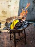 Tradicional chino para quemar las bebidas espirituosas del antepasado del papel del dinero de la plata y del oro desaparecidas imagen de archivo