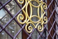 Tradicional, dourado e roxo coloridos, ornamento da segurança da janela do ferro Imagens de Stock Royalty Free