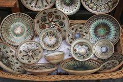 Tradicional pintó platos de cerámica en venta en uno de los mercados en Sighisoara, Rumania imagen de archivo libre de regalías