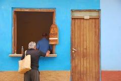 Tradicionales cubanos quitan el café Fotos de archivo