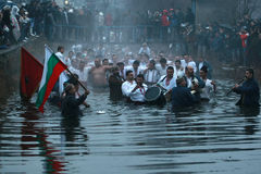 Tradiciones de la epifanía - Jordania Los hombres bailan en las aguas heladas del río Tunja el 6 de enero de 2011, Kalofer, Bulga Fotos de archivo libres de regalías