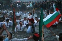 Tradiciones de la epifanía - Jordania Los hombres bailan en las aguas heladas del río Tunja el 6 de enero de 2011, Kalofer, Bulga Foto de archivo libre de regalías