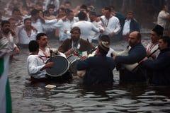 Tradiciones de la epifanía - Jordania Los hombres bailan en las aguas heladas del río Tunja el 6 de enero de 2011, Kalofer, Bulga Imagenes de archivo