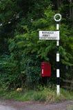 Tradiditional Roadsign - britisches Verkehrsschild - britischer Briefkasten Stockfoto