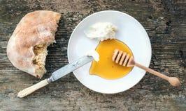 Tradirional Bałkański śniadanie ustawiający: kaymak (masło śmietanka), flatbre Obrazy Royalty Free