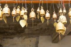 Traditie Aziatische klokken in Boeddhismetempel in Phuket-eiland, Thailand Beroemde Grote de wensklokken van Boedha Stock Foto