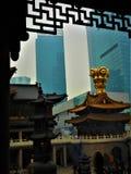 Traditie en moderne toestand in China, tempel en wolkenkrabbers, godsdienst en luxe royalty-vrije stock afbeeldingen